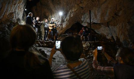 SME.sk: FOTO: Originálnejší koncert ste nevideli. Kapela hrala v jaskyni